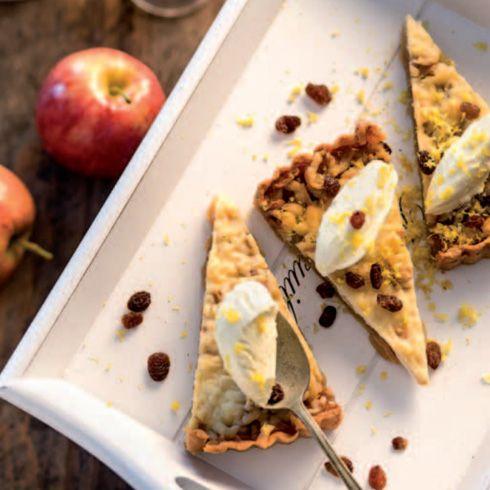 Jablkový koláč s hrozienkami, mascarpone